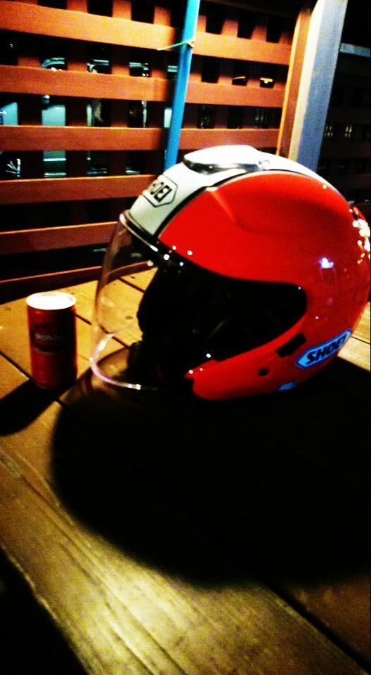 ヘルメットと缶コーヒー