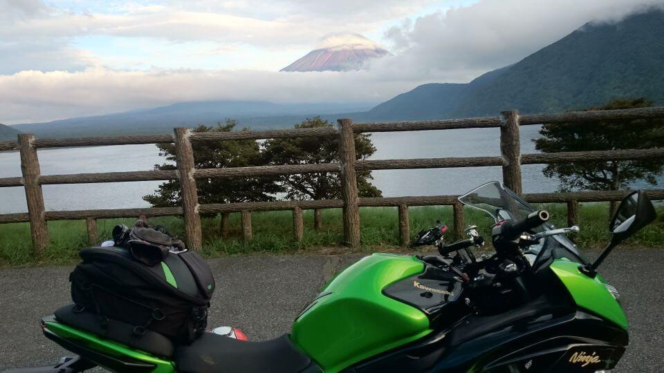 本栖湖から富士山を望む
