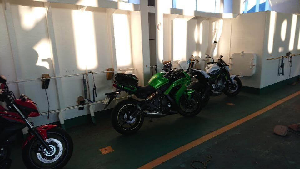 東京湾フェリー内のオートバイ駐車スペース